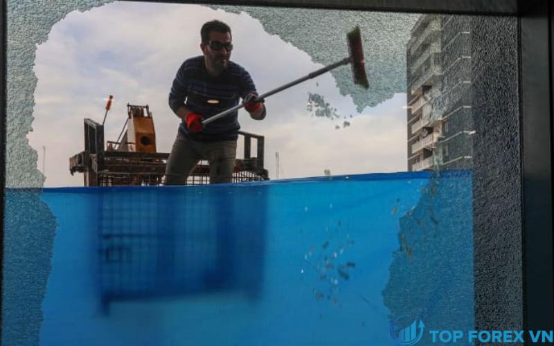 Cửa kính vỡ sau một quả tên lửa tấn công tại Iraq